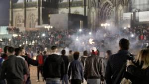 Zahlreiche Menschen sind 2015 auf dem Vorplatz des Kölner Hauptbahnhofs zu sehen