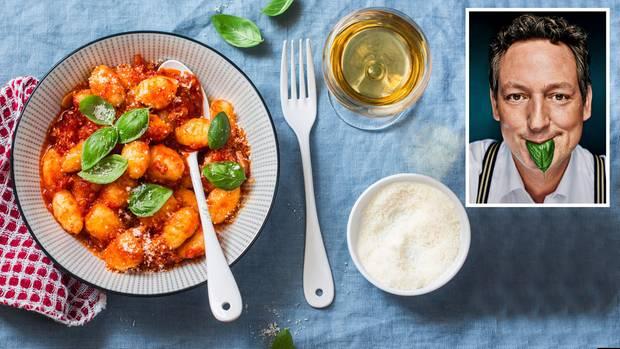 Intervallfasten: Gnocchi mit Tomatensoße liegen auf einem Teller