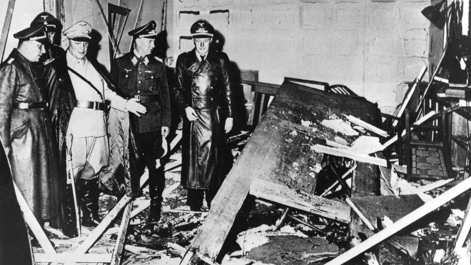 Das Attentat vom 20. Juli 1944. Hermann Göring und Martin Bormann besichtigen das Führerhauptquartier nach dem Attentat