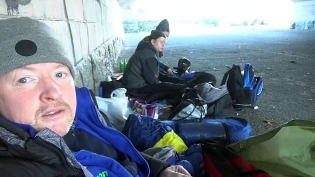 Einer von 10.000: Joey Kelly verbringt drei Tage obdachlos auf den Straßen Berlins. Neben ihm: Obdachosen-Paar Anja und Hans.