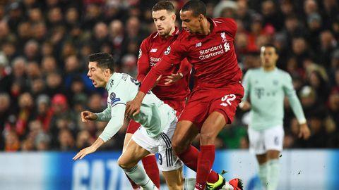 Robert Lewandowski wird im Hinspiel der Bayern gegen Liverpool von Joel Matip und Jordan Henderson unsanft gestoppt