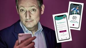 Intervallfasten-App: Eckart von Hirschhausen hält ein Smartphone in der Hand