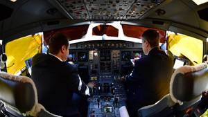 Pilot und Copilot während des Fluges im Cockpit