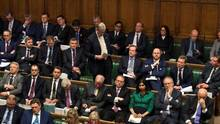 In abgestuften Reihen sitzen Abgeordnete im britischen Unterhaus
