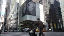 Das Porträt von Harry Macklowe und seiner Ehefrau Patricia Landeau hängt  an einem Wolkenkratzer in Manhattan