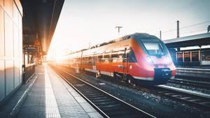 Ein Zug fährt in einen Bahnhof ein