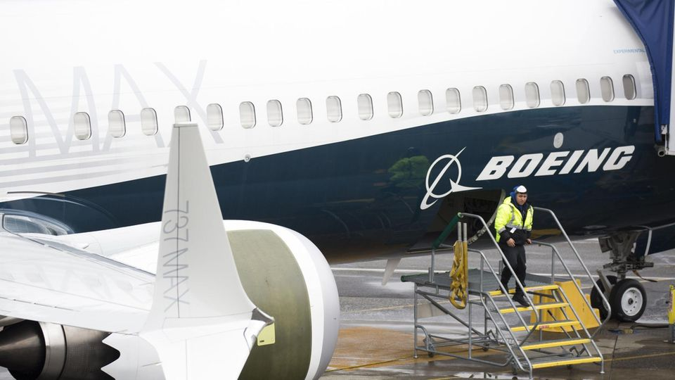 Ein Arbeiter an einer neuen Boeing 737 Max