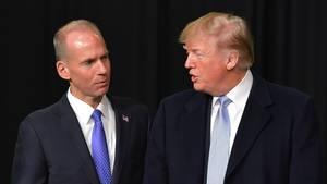 US-Präsident Donald Trump (r.) und Boeing-CEO Dennis Muilenberg