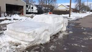 Ein Polizist aus Nebraska staunte nicht schlecht, als er einen Mustang aus Schnee am Straßenrand fand.