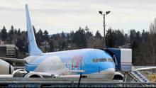 Eine hellblau lackierte Boeing 737 Max 8mit rotem Tui-Schriftzug steht
