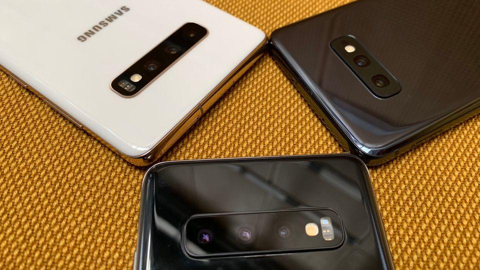Galaxy So Plus (ganz links) und Galaxy S10 bringen jeweils drei Kameras auf der Rückseite mit. Beim Galaxy S10e fällt die Telefoto-Linse weg