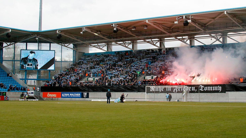 Chemnitzer Fans ehren den Neonazi Thomas Haller (rechts auf der Viedoleinwand) mit einer Pyro-Show