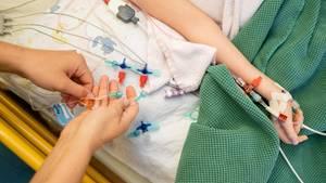 Ein krankes Kind wird in der Klinik versorgt
