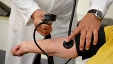 Behandlung in der Arztpraxis: Kassenpatienten sollen wegen des nun verabschiedeten Terminservice-Gesetzes künftig schneller einen Termin bekommen.