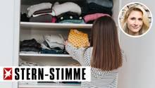 Mädchen sortiert seinen Kleiderschrank