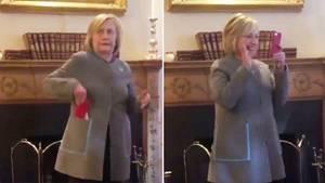Hillary Clintons Telefon klingelt mitten in ihrer Rede – und sie geht ran