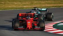 Formel 1: Sebastian Vettel und Lewis Hamilton bei einer Testfahrt vor Saisonbeginn