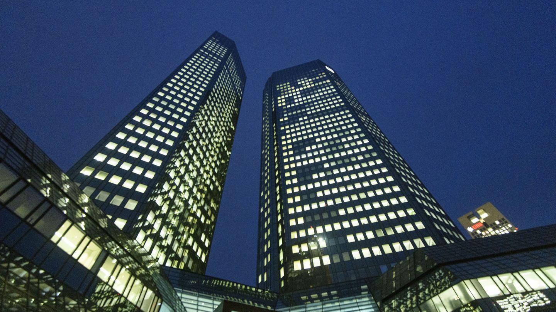 Platz 10: Deutsche Bank  Die Deutsche Bank ist das größte Schwergewicht und das einzige Dax-Unternehmen in der Flop-Liste. Binnen einesJahres verlor die Aktie 55,7 Prozent an Wert, auf Sicht von fünfJahren waren es minus 74,6 Prozent. Derzeit wird über einen Zusammenschluss mit der Commerzbank diskutiert.