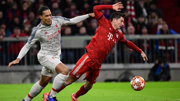 Liverpool-Verteidiger Virgil van Dijk nimmt Robert Lewandowski in die Mangel