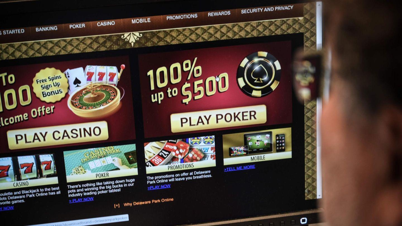 Ein Mann sitzt vor einem Computer mit einem Online-Casino