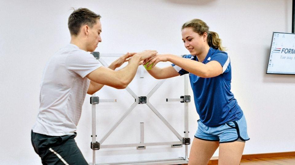 Sophia Flörsch im Trainingszentrum des Sportmediziners Riccardo Ceccarelli in Viareggio: Sie macht zusammen mit anderen Rennfahrern verschiedene Übungen – zum Beispiel zur Steigerung der Reaktionsgeschwindigkeit