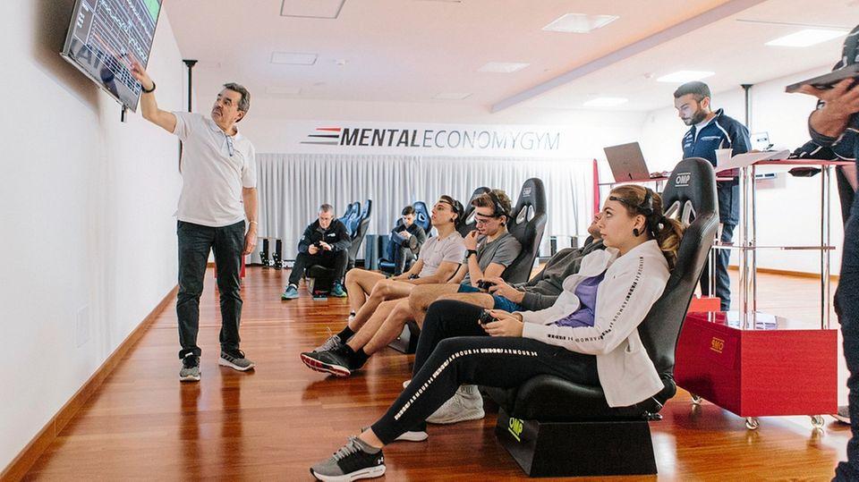 Für einige Übungen arbeitet Ceccarelli mit Hightech-Stirnsensoren. Sie können die Hirnwellen der Sportler in Datenströme umwandeln. Oder sie einfach messen, wie hier bei einem Reaktionstest.