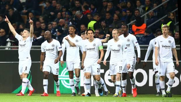 Luka Jovic und weitere Spieler von Eintracht Frankfurt beim Spiel gegen Inter Mailand in der Europa League