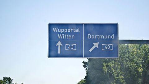Autobahnschilder, mit der Wegbeschreibung Wuppertal, Witten und Dortmund