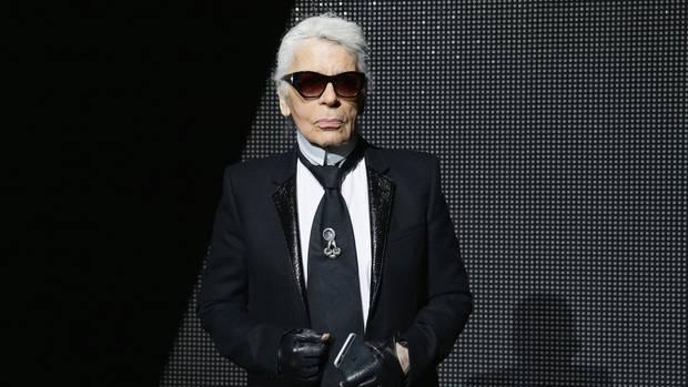 Karl Lagerfeld mit Sonnenbrille und Handschuhen