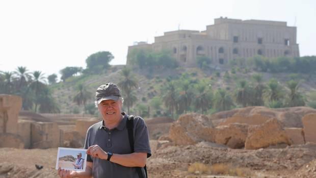 Urlaub im Irak: Liendl vor dem früheren Palast von Saddam Hussein