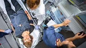 In der Uniklinik München verfolgt ein Anästhesist am EKG, ob Herzrhythmusstörungen während der Elektrokrampftherapie auftreten. Patienten mit bestimmten Herzerkrankungen dürfen die Stromstöße nicht bekommen.