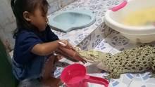 Kind säubert Krokodil die Zähne