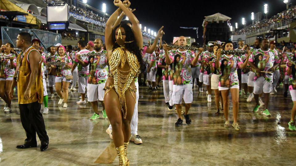 Ketten und ein Maulkorb im Gesicht: Sambakönigin Evelyn Bastos als Sklavin Anastácia, Brasiliens schwarze Heldin