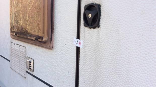 Ein dritter Campingwagen, der Andreas V. gehört, steht abseits auf einem Bauhof. Das Polizeisiegel ist gebrochen.
