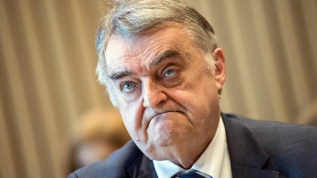 """Nordrhein-Westfalens Innenminister Herbert Reul (CDU) hat eine Ermittlungskommission eingerichtet. Er sagt: """"Meine Oma hätte gemerkt, dass da was nicht stimmt""""."""