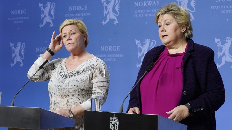 Erna Solberg bei einer Pressekonferenz
