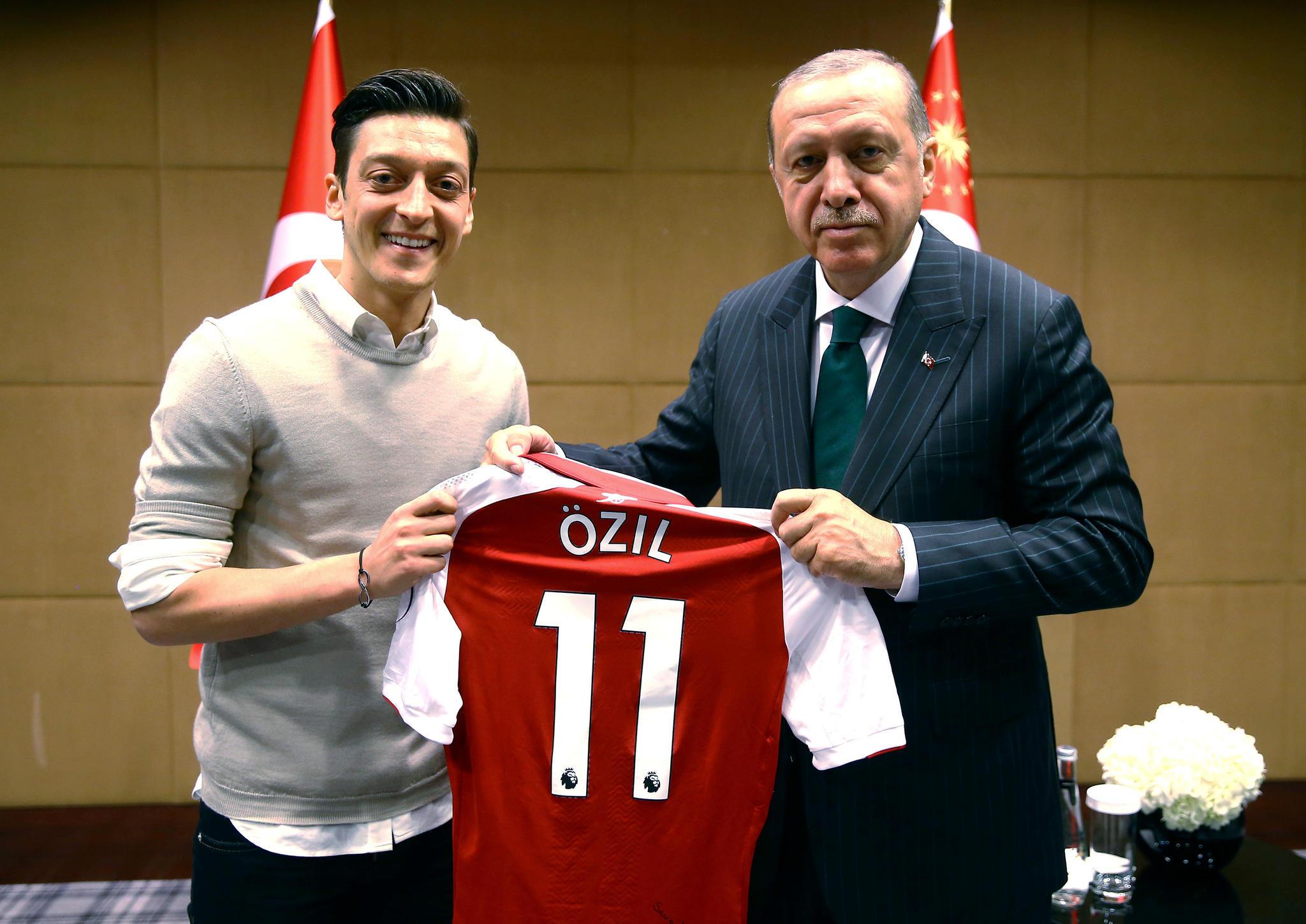 Erdoğan-Einladung: Özil umarmt den Autokraten aus Ankara? Lasst ihn einfach