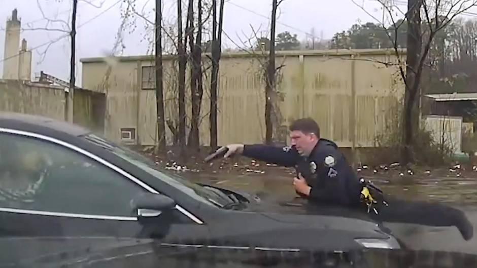 Auto war gestohlen gemeldet: 15 Schüsse durch die Windschutzscheibe: US-Polizist wegen Tötung vom Dienst entlassen