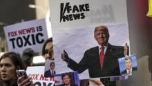 Vor der Zentrale von Fox News gab es unter der Woche Protest, vor allem gegen Tucker Carlson und Jeanine Pirro