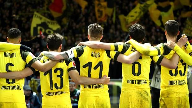 Die Spieler von Borussia Dortmund feiern mit ihren Fans den Last-Minute-Sieg gegen Berlin
