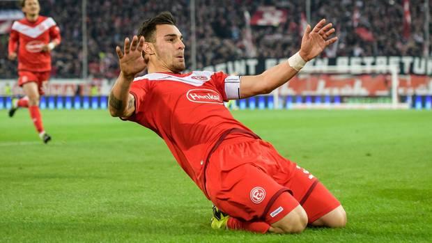 Kaan Ayhan von Fortuna Düsseldorf feiert seinen sehenswerten Treffer zum 1:0 gegen Wolfsburg