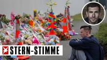 Ein Schüler sitzt vor den Blumen, die für die Opfer des Anschlags in Christchurch, Neuseeland, abgelegt wurden