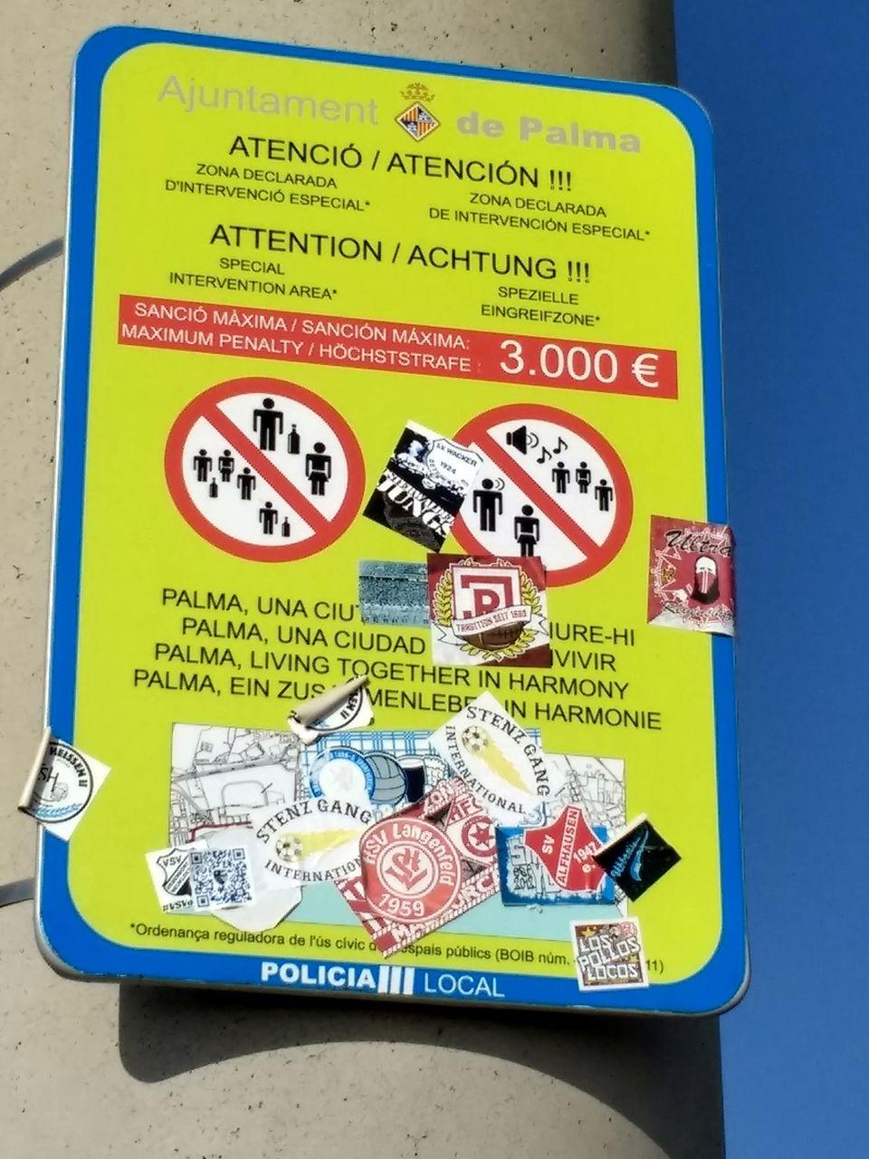 Auf eime Schild in Strandnähe werden für Alkoholkonsum und laute Musik 3000 EURO Höchststrafe angedroht