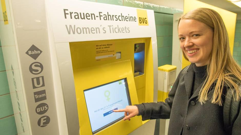"""Berlin, Deutschland.Zum """"Equal Pay Day"""" am 18. März gibt es in Berlin nur fürFrauenein günstigeres Nahverkehrsticket. Der für einen Tag gültigeFahrscheinsei das weltweit erste Frauenticket, heißt es von den Berliner Verkehrsbetrieben (BVG). Es soll 5,50 Euro und damit rund 21 Prozent weniger als das normale Tagesticket (7,00 Euro) kosten - weilFrauenin Deutschland durchschnittlich 21 Prozent weniger als Männer verdienten, teilte dieBVG zur Begründung mit."""
