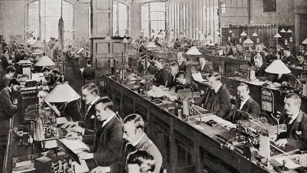 Männer im Telegraphenamt in London zum Ende des 19. Jahrhunderts