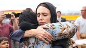 Neuseelands Premierministerin Jacinda Ardern umarmt eine Moschee-Besucherin