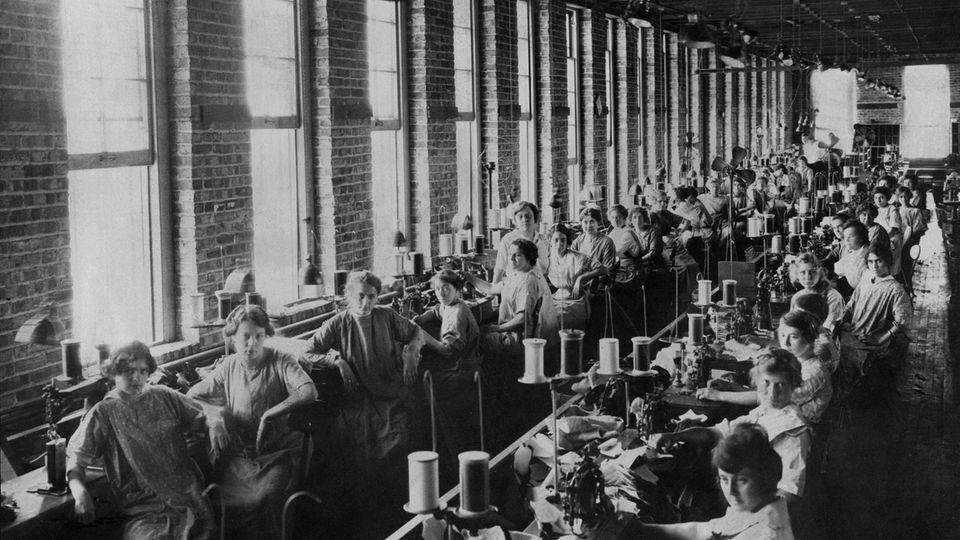 Frauen in einer Textilfabrik, um 1910