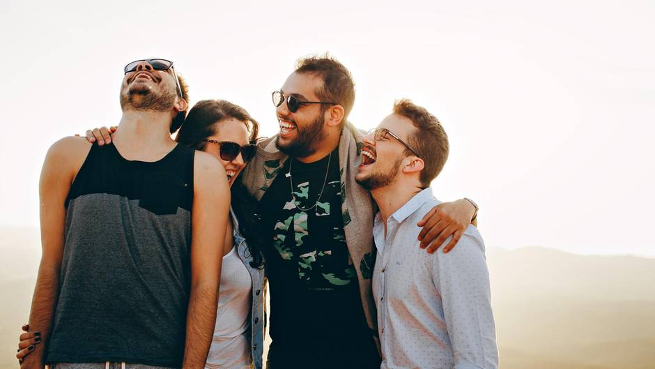 Freunde lachen zusammen