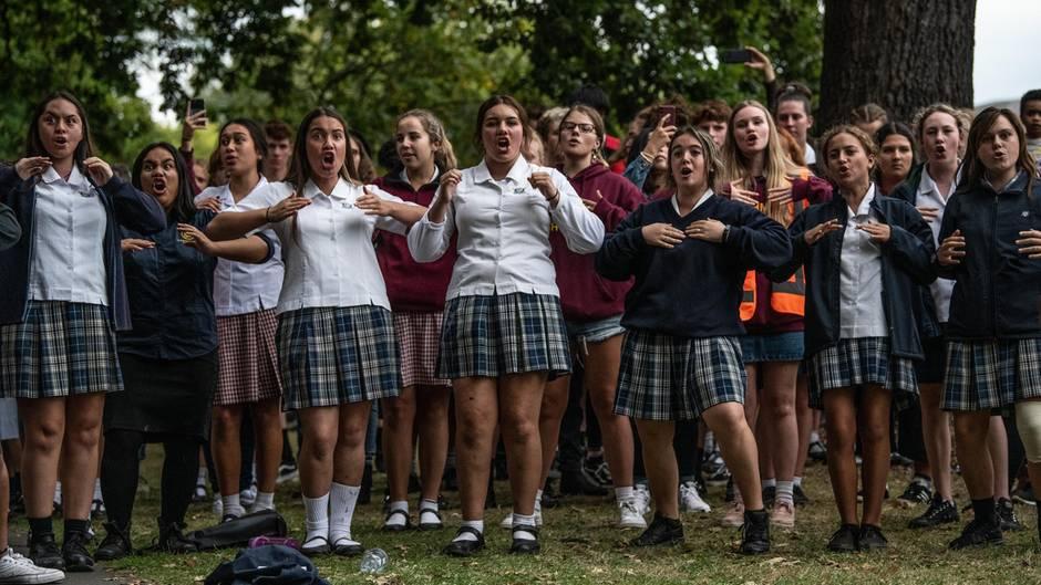 Zusammenhalt nach Anschlägen: Schüler trauern und führen Haka zu Ehren der Anschlagsopfer auf