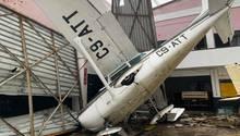 """Beira, Mosambik. Ein Kleinflugzeug auf dem Flughafen der Küstenstadt zeugt vonZyklon """"Idais"""" zerstörerischerKraft. Derschwere Wirbelsturm hatte Mosambikin der Nacht zuFreitag mit Windböen von bis zu 160 Kilometern pro Stunde heimgesucht undSturmfluten und massive Überschwemmungen ausgelöst.Präsident Filipe Nyusi befürchtet, dass mehr als 1000 Menschen bei der Naturkatastrophe ihr Leben verloren haben könnten."""